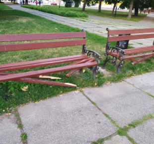 Всі Суми - На Сумщине массово ломают скамейки и разбивают фонари
