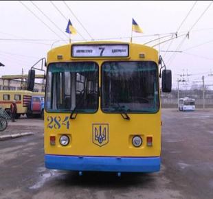 Всі Суми - В Сумах пассажир пытался выйти из троллейбуса через окно и люк (видео)