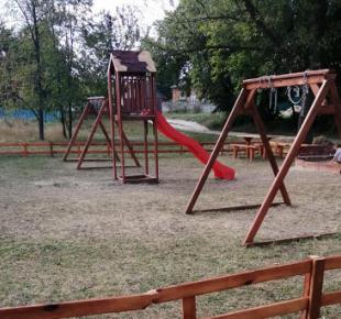Всі Суми - На Сумщині невідомі розтрощили дитячий майданчик (фото)