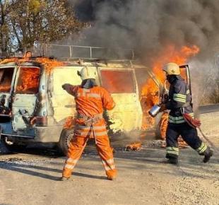Всі Суми - На Сумщине спасатели тушили микроавтобус (видео)