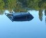 В Сумах автомобиль вместе с водителем свалился в озеро (фото)