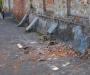 """Здание угрожает убить: объект старины в Ямполе """"роняет"""" кирпичи прямо на тротуар"""
