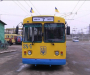 В Сумах пассажир пытался выйти из троллейбуса через окно и люк (видео)